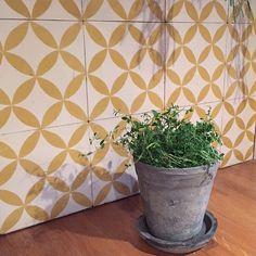 Gule kule fliser  #wall #tiles #Ulfven #retro #green #herbs #kitchen #yellowlove #colours #inspiration #loveit