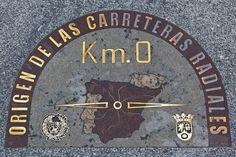 El kilómetro cero de España está en la Puerta del Sol. Lo que nunca se moverá de la Puerta del Sol será el kilómetro cero de las carreteras radiales españolas. Una placa lo atestigua justo debajo de la Casa de Correos.