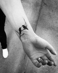 petit tatouage homme, une branche d arbre et corbeau sur le poignet, style graphique macabre