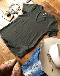 The San Antone tee. The keyhole cut out has got to be one of our favorite styles! #newarrival #theperfecttee #musthave #notsobasicbasic #savannah7s