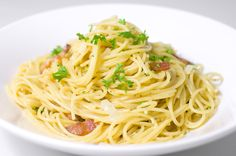 Spaghetti alla Carbonara - I use bacon and top with some minced flat-leaf parsley.and a bunch of extra cheese. Pasta Carbonara, Easy Pasta Recipes, Healthy Recipes, Gluten Free Pasta, Mets, Saveur, Copycat Recipes, How To Cook Pasta, Pozole Rojo