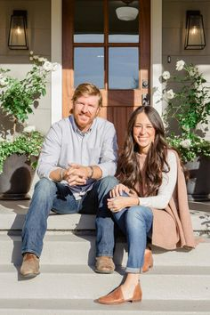 Chip and Joanna help a mom who's relocating to Waco to be near her two adult sons transform a basic beige bungalow. Joanna blends classic cottage and primitive elements to create the perfect feel-good forever home. Gaines Fixer Upper, Fixer Upper Joanna, Magnolia Fixer Upper, Joanna Gaines Family, Magnolia Joanna Gaines, Chip And Joanna Gaines, Chip Gaines, Johanna Gaines Style, Joanne Gaines