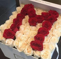 ℓxℓρrxηcεss ✨ -- Red roses with white roses Rosen Arrangements, Modern Flower Arrangements, Flower Box Gift, Flower Boxes, Beautiful Roses, Beautiful Flowers, Rosen Box, Box Roses, Flower Letters
