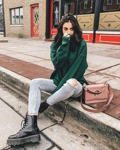 Look Thalita Ferraz, Looks das blogueiras, look tumblr, foto tumblr, look de inverno, winter look, look com sweater, look com sweater blusa verde, look com calça jeans rasgada, look com bota coturno, look com bolsa rosa, looks das famosas 2019,