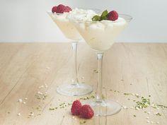 Unser Rezept für weiße Mousse au Chocolat ist ganz leicht: Aus wenigen Zutaten wie Schlagsahne, Schokolade und Vanille-Extrakt rührst du in kürzester Zeit eine cremige Mousse an, die im Kühlschrank 30 Minuten erkalten muss, und anschließend direkt serviert werden kann.