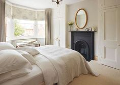 A traditional Victorian semi-detached home Period Living Victorian Bedroom, Victorian Homes, Victorian Terrace Interior, 1930s Bedroom, Victorian House Interiors, Dream Bedroom, Home Bedroom, Master Bedroom, Bay Window Bedroom