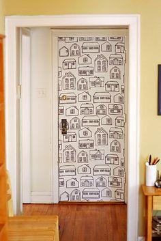 Use uma pasta de água e maizena para fazer papéis de parede removíveis de tecido. | 31 truques de decoração da casa que são geniais Isso é muito legal pra parte de trás da porta do quarto ;)