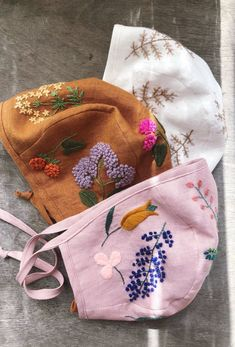 Handmade linen baby bonnets with hand embroidery. by MammaBearBabyBonnets : Handmade Organic Linen Embroidered Floral Baby Bonnets Wool Embroidery, Embroidery Patterns, Hat Patterns, Embroidery Stitches, Diy Broderie, Wool Thread, Ideias Diy, Baby Bonnets, Baby Sewing