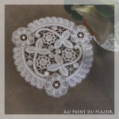 *Au point du plaisir* bobbin lace, fine bruges flower