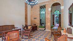 Sueño Cubano es un pequeño y acogedor hotel, con sólo siete habitaciones y una ubicación ideal en el corazón de La Habana Vieja, a pocos metros de la Avenida del Puerto y de la Plaza Vieja. Ofreciendo la oportunidad de experimentar de primera mano, junto al ambiente de los tiempos pasados el sabor y colorido de la vida real que rodea la zona.