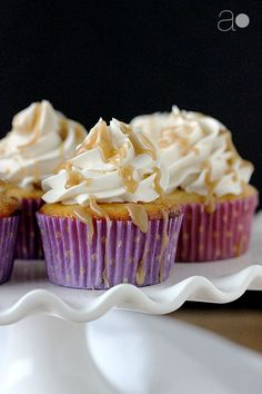 Delicious Banana Cupcakes #recipe with caramel flavored buttercream and a drizzle of caramel sauce on top. Ahh, cupcake perfection!