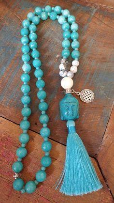Japamala de 54 contas, em jade natural, 10mm e Ágata de 8mm, com entremeios em Howlita turquesa de 3mm, metais prateados, Meru de Madrepérola de 14mm e tassel acetinado. Entoar mantras é uma forma de meditação. Uma pessoa entoa o mantra repetidas vezes, em murmúrio ou em alto tom. A mente foca... Tassel Jewelry, Gemstone Jewelry, Beaded Jewelry, Beaded Bracelets, Silver Necklaces, Handmade Necklaces, Handmade Jewelry, Colar Fashion, Fashion Necklace
