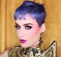 Katy Perry ose la couleur tendance l'ultraviolet de Pantone Pantone, Katy Perry Purple Hair, Kinds Of Haircut, Fancy Makeup, Johny Depp, Short Pixie, Pixie Cut, Pixie Haircut, Celebrity Hairstyles