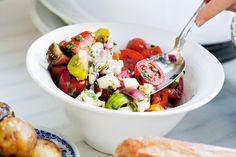 Chunky tomatsalsa med äpple och basilika | ELLE mat & vin Caprese Salad, Cobb Salad, Grill N Chill, Chunky Salsa, Chipotle, Potato Salad, Catering, Side Dishes, Salads