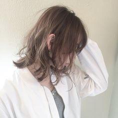 レイヤーたっぷりで女っぽも増す♡今年はミディアムウルフにヘアチェンジ - LOCARI(ロカリ)