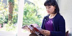Una adolescente mirando una revista de moda