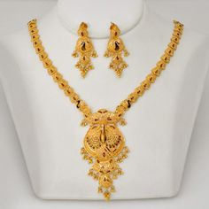Explore the trendy collection of gold necklace set at Waman Hari Pethe Sons. Gold Chain Design, Gold Jewellery Design, Bridal Jewelry, Jewelry Gifts, Jewelery, India Jewelry, Gold Mangalsutra Designs, Gold Jewelry Simple, Expensive Jewelry
