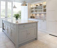 <p>Grått som inredningsfärg tilltalar. En grå färgskala i köket är tidsbeständigt och klassiskt, ett kök du aldrig kommer tröttna på. Här är 27 kök i olika gråa nyanser.</p>