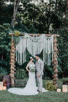 Casamento tropical chic descontraído ao ar livre no Espaço Ravena Garden – Raiony Bohemian Theme, Estilo Boho, Backdrops, Dream Wedding, Tropical, Rose, Wedding Dresses, Fashion, Outdoors