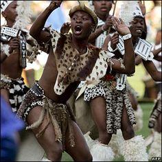 Zulus in leopard skin traditional dress Aztec Culture, African Culture, African Dance, African Art, Zulu Dance, Zulu Warrior, African Traditional Dresses, Kwazulu Natal, African Tribes