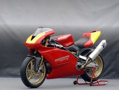 Jack Silverman's Supermono. Ducati have always been conservative but innovative and developing beautiful bikes.