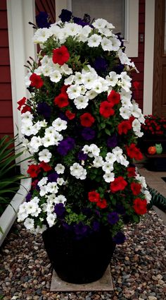 10+ DIY FLOWER TOWER SUGGESTION TO UPGRADE YOUR GARDEN #diy #gardendesign #gardendesignideas