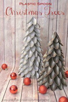 Arbol de navidad hecho de cucharas de plastico!! Muy buena idea de manualidad navideña...
