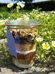 Super gaaf cadeau idee! Brownie in een pot! Label met bakinstructies eraan en je hebt een orgineel en fun cadeau waar je dubbel plezier van hebt! Via: DE GULLE AARDE: brownie in een pot