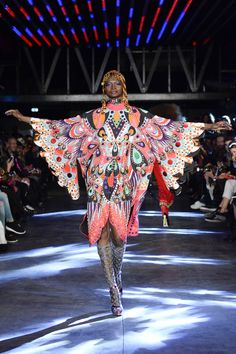 See all the Collection photos from Manish Arora Spring/Summer 2016 Ready-To-Wear now on British Vogue Paris Fashion, Love Fashion, Runway Fashion, Fashion Show, Indian Fashion, Fashion Art, High Fashion, Fashion Trends, Moda Paris