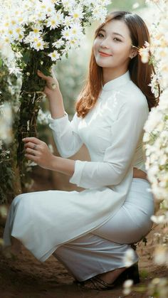 Japanese female with daisies. Vietnamese Traditional Dress, Traditional Dresses, Ao Dai, Girl Pictures, Girl Photos, Vietnam Girl, Beautiful Bollywood Actress, Beautiful Asian Women, Sexy Asian Girls