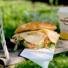 """🥪 Hausgemachter Cesar's Aufstrich, #Rucola, unser knackiger #Coleslaw 🥕, marinierte #Hühnerfilets und ein paar hauchdünne Scheiben #Parmesan - das alles kommt in unser #Focaccia """"#Caesar"""". Schon probiert? Ma guat! 😋   #snack, #jause, #lunch, #bäckersnack, #neu, #special, #coffeetogo, #kombiaktion, #wienerroither, #maguat"""