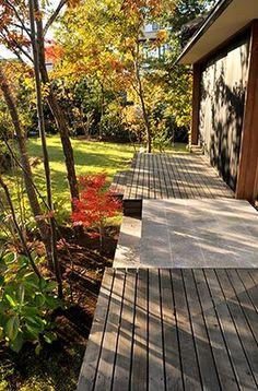 施工例2=屋外のリビング――ウッドデッキとテラスの庭|高田造園設計事務所 Garden Living, Home And Garden, Landscape Design, Garden Design, House In Nature, Diy Patio, Outdoor Areas, Garden Planning, Garden Inspiration