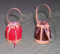 how to: round bag. In french but pictures are easy to understand.