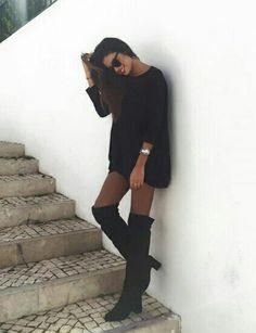 Pull long noir avec des cuisardes noir a talon et les lunettes rajoute un cotes chic a la tenue !!!