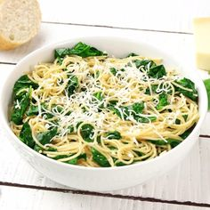 Spinach Parmesan Pasta Are you stressing about what to make for dinner tonight or maybe you haven't even thought about dinner yet? Well, if you need a quick and easy dinner recipe, you have to make our Spinach Parmesan Pasta. Easy Pasta Dinner Recipes, Spinach Pasta Recipes, Pasta Recipes Video, Recipe Pasta, Easy Pasta Dinners, Pasta With Spinach, Spinach Ideas, Spinach Noodles, Lemon Pasta