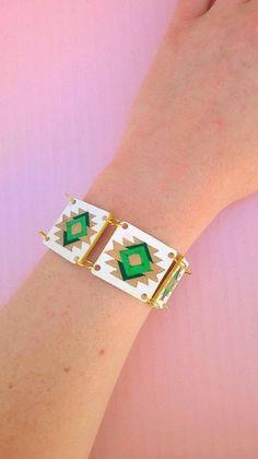 Bracelet avec motifs aztèques en plastique doré : Bracelet par magalily