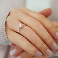 Sanki çiçek ama çok ışıltılı! Model numarası:07R0194 🔎siriuspirlanta.com adresinden ürün detaylarına ulaşabilirsiniz.  #sirius #siriuspırlanta #pırlanta #pirlanta #diamond #yüzük #yuzuk #tektaş #tektas #tektaşyüzük #tektasyuzuk #pırlantatektaş #teklif #evlilik #evlilikteklifi #nişan #söz #mücevher #takı #montür #tektaşmontür #sevgiliyehediye #hediye #engüzelevet #kampanya #sevgililergünühediyesi #pazartesi #istanbul #indirim #isaidyes Diamond Solitaire Rings, Engagement Rings, Jewelry, Enagement Rings, Wedding Rings, Jewlery, Bijoux, Commitment Rings, Jewerly