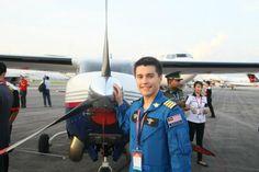 Descubra al joven piloto de Malasia que voló la mitad del mundo en una pequeña avioneta. Viste nuestra página y sea parte de nuestra conversación: http://www.namnewsnetwork.org/v3/spanish/index.php