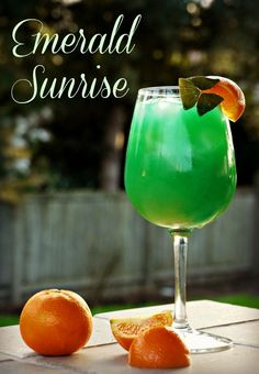 Emerald Sunrise Drink Forget the green beer! Patrick's Day in style with an Emerald Sunrise - a beautiful spin on a Tequila Sunrise. Sunrise Drink, Sunrise Cocktail, Tequila Sunrise, St Patrick's Day Cocktails, Cocktail Drinks, Fun Drinks, Cocktail Recipes, Green Alcoholic Drinks, Irish Cocktails