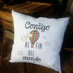 cojin contigo al fin del mundo medidas 40x40cm incluye relleno www.lapuertafalsaonline.com Diy Projects To Try, Crafts To Make, Diy Crafts, Love Gifts, Gifts For Him, Restoration Hardware Paint, Ideas Aniversario, Diy Pillow Covers, Love Days