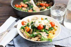 Recept voor pasta voor 4 personen. Met zout, olijfolie, peper, penne (pasta), tonijn uit blik, crème fraîche, spinazie, cherrytomaat, citroen, rode ui, champignon en feta