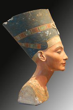 Néfertiti,buste, Altes Museum, Berlin. Néfertiti (-1370-1334) fut l'épouse d'Akhenaton le neuvième pharaon de la XVIIIe dynastie (Nouvel Empire). Akhenaton marquera l'histoire de l'Egypte, sa vision mystique d'un Dieu unique, Rê-Horakhty (qui est dans...