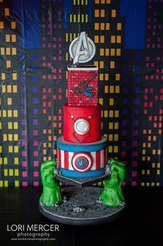 Coolest avenger cake ever! The hulk hand are genius! Avenger Party, Avenger Cupcakes, Avenger Cake, Avengers Birthday Cakes, Superhero Birthday Party, Marvel Cake, Marvel Avengers, Iron Man Birthday, Gravity Cake