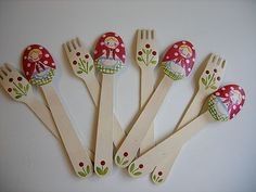 wooden spoon matryoshka-other matryoshka crafts listed below Plastic Spoon Crafts, Wooden Spoon Crafts, Wooden Art, Wooden Spoons, Diy Crafts Slime, Easy Diy Crafts, Craft Stick Crafts, Decoupage Jars, Painted Spoons