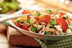 Pastasalade Caprese met tomaat, mozzarella en basilicum met balsamicostroop