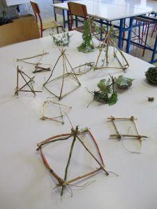 3ÈME : SCULPTURE ÉPHÉMÈRE: Consigne : Cueillir dans la cour du collège des éléments naturels (brindilles, pierres, feuilles, etc.) pour réaliser un cube, une pyramide ou une sphère au sein de la classe...