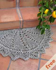 rag doily rug - knitted, but I wish it was a crochet pattern Crochet Home Decor, Crochet Crafts, Yarn Crafts, Crochet Projects, Tapete Doily, Doily Rug, Crochet Motifs, Crochet Doilies, Knit Crochet