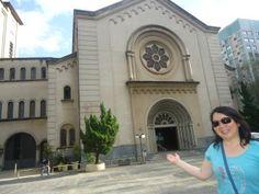 No meio de tantos prédios e lojas, encontramos a adorável Paróquia Assunção de Nossa Senhora, na esquina da Alameda Lorena com a Avenida 9 de Julho.