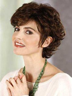 6.Short Curly peinados para caras redondas