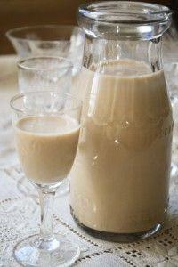 Homemade Irish Cream- Use this recipe for the Irish Coffee Cheesecake Bars. Homemade Baileys, Homemade Irish Cream, Irish Recipes, Sweet Recipes, Party Knaller, Baileys Drinks, Coffee Cheesecake, Cheesecake Squares, Smoothie Drinks